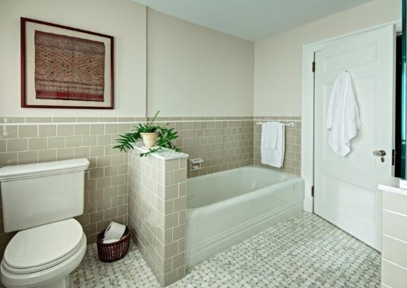 Мелкая плитка в совмещенной с туалетом ванной