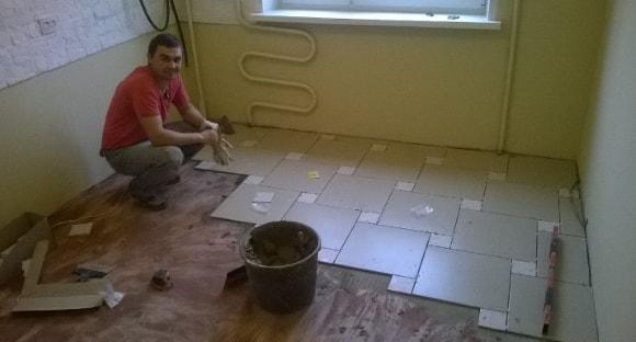Как класть плитку на пол в кухне своими руками