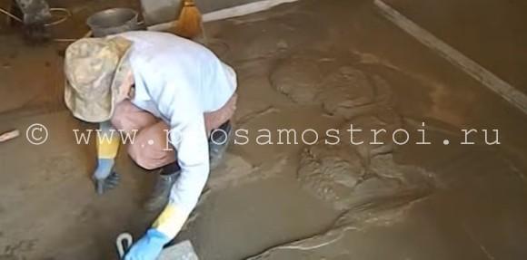 Шпателем распределяем цементно-песчаную смесь