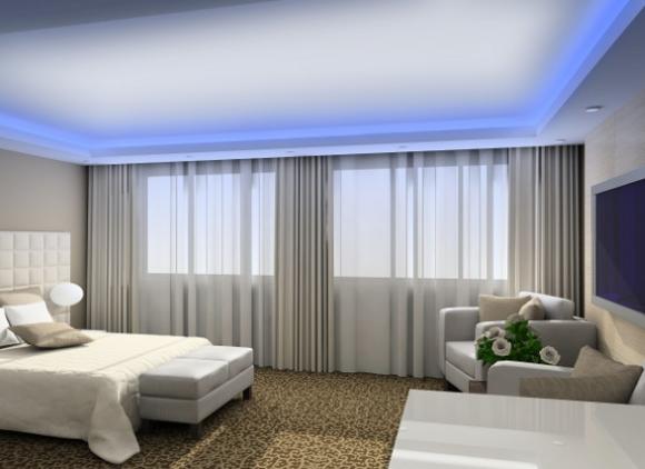 Голубая подсветка потолка в спальной комнате