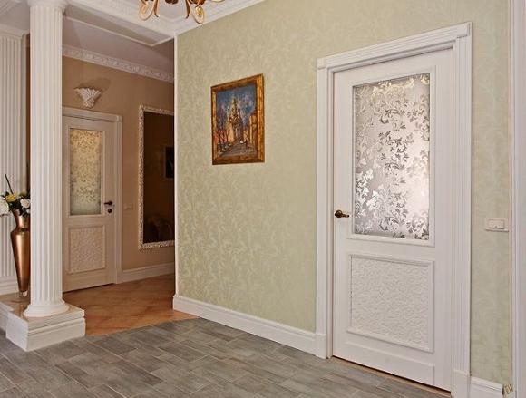 Светлые стены сочетаются с белыми плинтусами