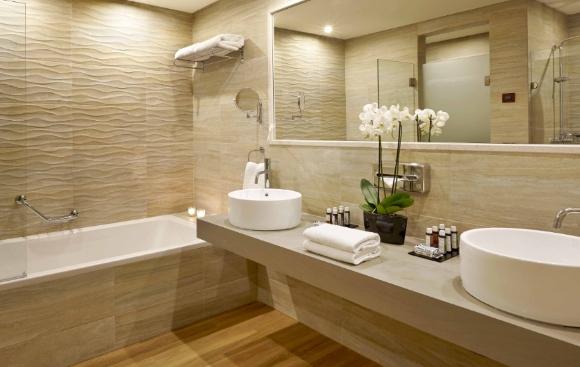 Небольшая ванная комната в светлых тонах