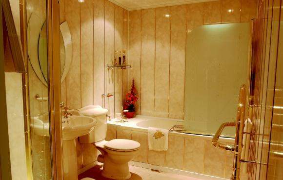 Пластиковые панели в ванной под светлый мрамор