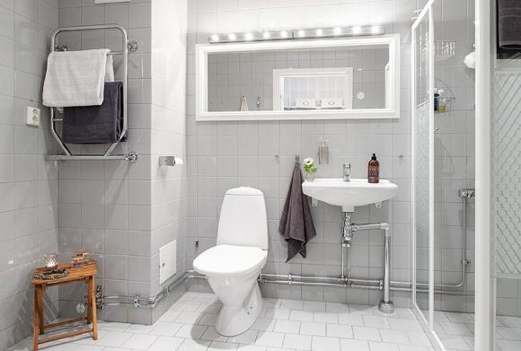 Сантехника стального цвета в светлой ванной