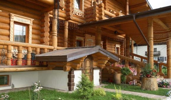 Дизайн крыльца с навесом частного деревянного дачного дома на фото