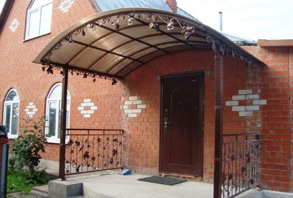Крыльцо частного дома из поликарбоната с навесом