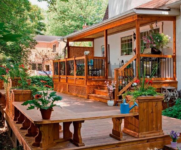 Крыльцо с навесом деревянного дома