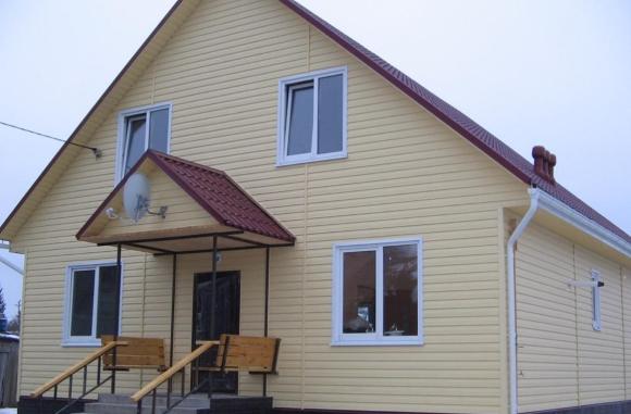 Крыльцо с навесом загородного частного дома из металлочерепицы: возможный дизайн с фото