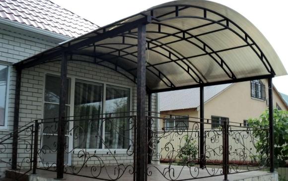 Дизайн крыльца с навесом частного дома из поликарбоната: фото-вариант