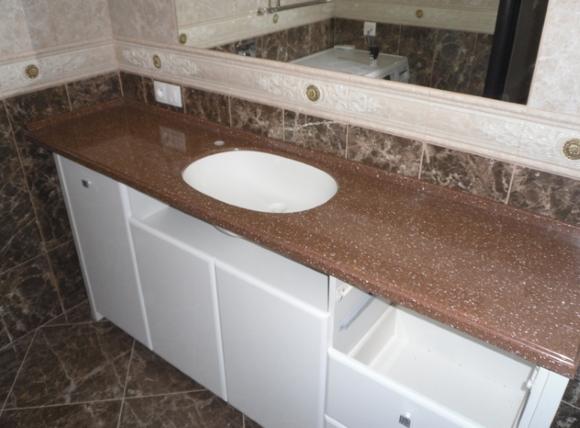 Раковина встроенная в столешницу в ванной комнате