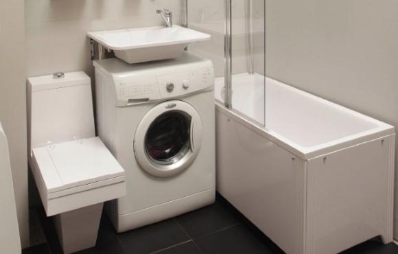 Стиральная машинка в ванной под раковиной