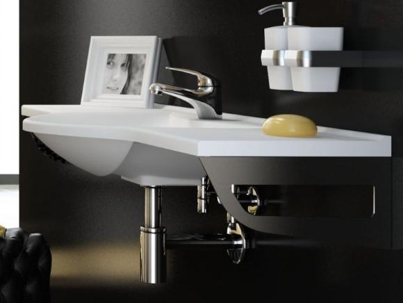Трубы и сифон из металла в ванной