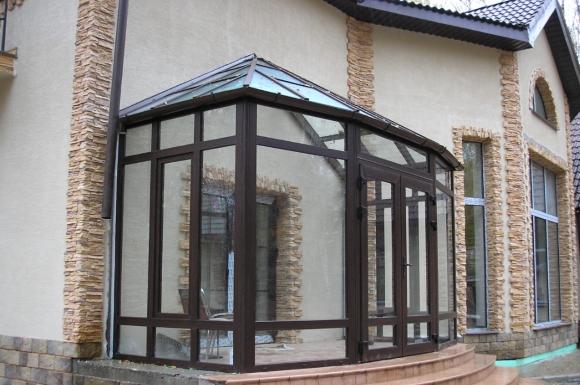 Закрытое крыльцо в доме из стеклопакетов и поликарбоната