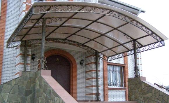 Козырек из поликарбоната над крыльцом в частном доме