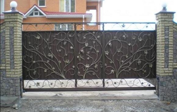 Кованые откатные ворота с калиткой внутри