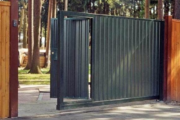 Металлические откатные ворота с калиткой внутри
