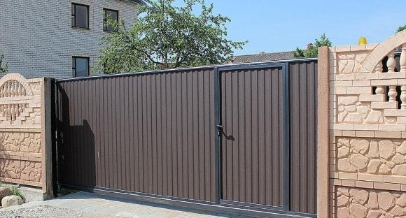 Откатные ворота из профнастила с калиткой внутри фото