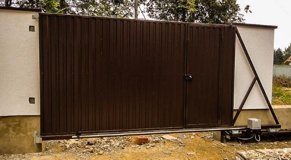 Откатные ворота из профнастила с калиткой внутри