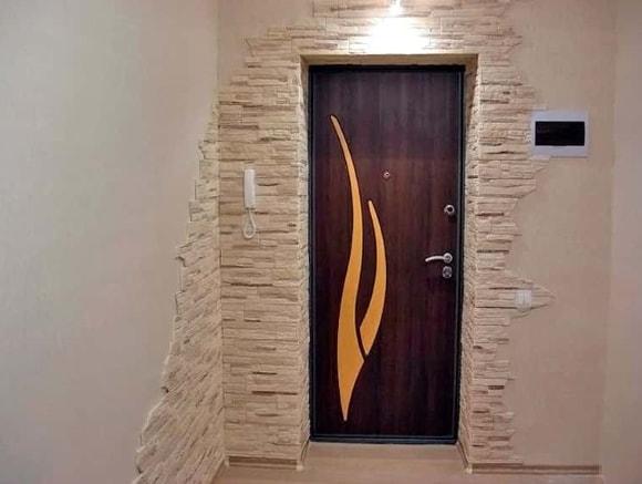 Обрамление дверей декоративным камнем фото