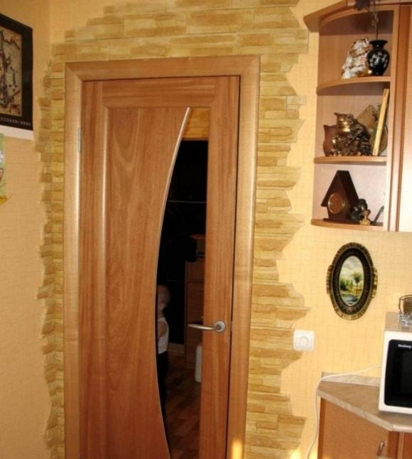 Обрамление искусственной плиткой под камень пространства вокруг входной двери фото