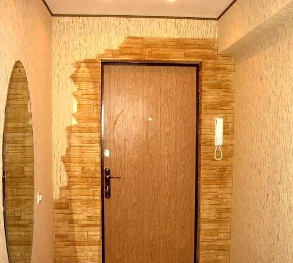 Обрамление искусственной плиткой под камень пространства вокруг входной двери