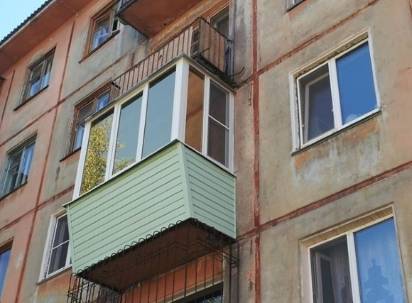 Вид балкона снаружи после ремонта на фото