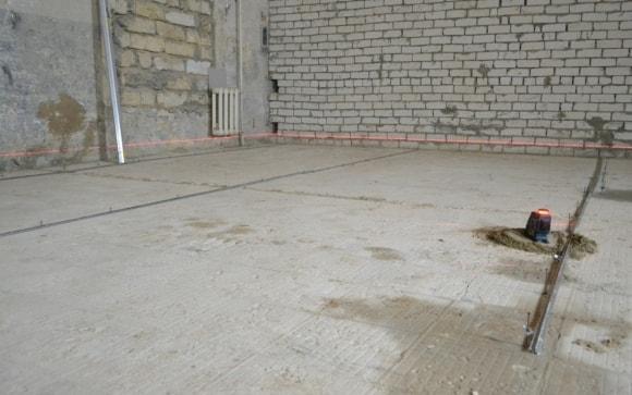 Чертим линию по периметру помещения, которая будет уровнем будущей стяжки