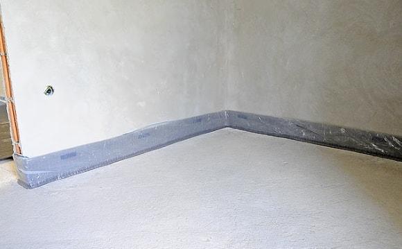 Монтируем демпферную ленту по периметру помещения