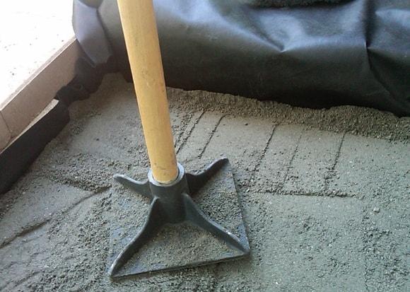 Ручной уплотнитель для трамбовки сухого наполнителя