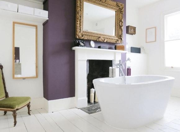 Широкие полиуретановые плинтуса на полу в интерьере ванной