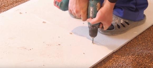 Шуруповерт для стягивания выравнивающих листов фанеры, либо ОСБ плит
