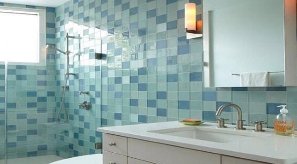 Плитка на стенах и полу в ванной комнате