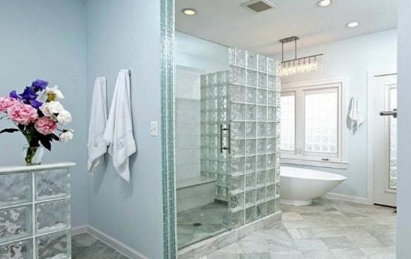 Ванная комната со стеклянной душевой перегородкой