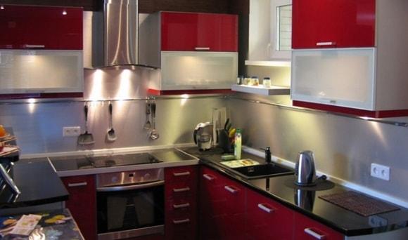 Дизайн кухни в бордовых тонах