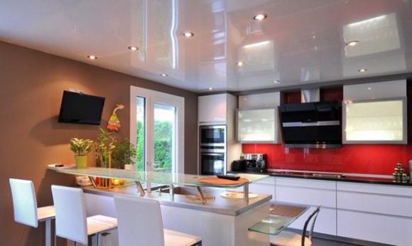 Вариант дизайна натяжного потолка на кухне