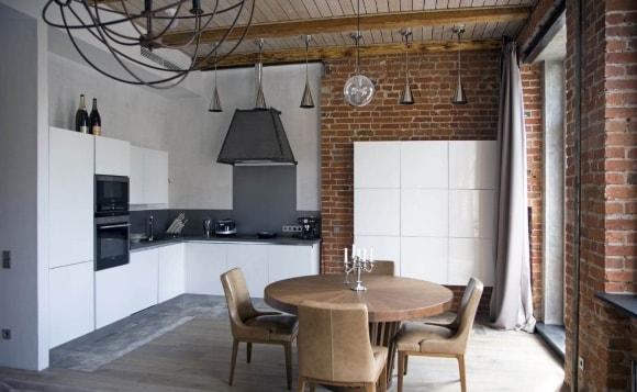 Белый гарнитур на кухне в стиле лофт