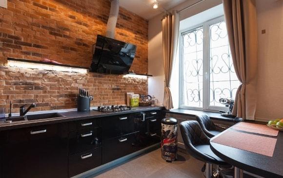 Черный гарнитур на кухне в стиле лофт