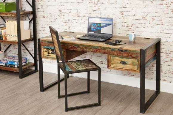 Компьютерный стол в лофт-интерьере