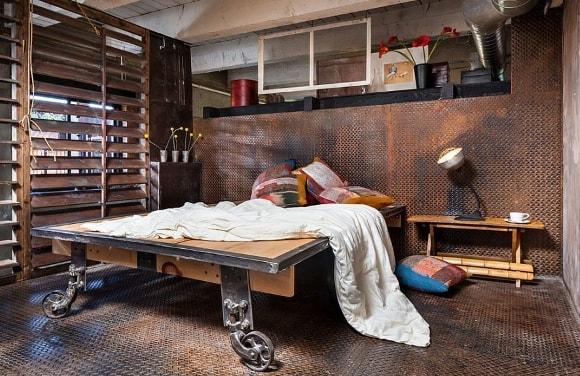 Кровать в лофт-интерьере