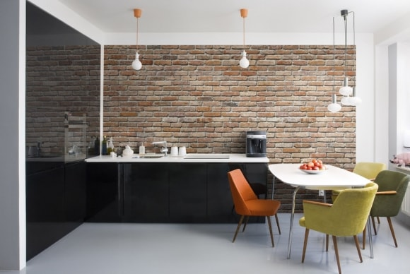 Кухня с кирпичной стеной в стиле лофт