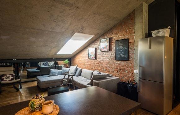 Мансарда с кирпичной стеной в стиле лофт