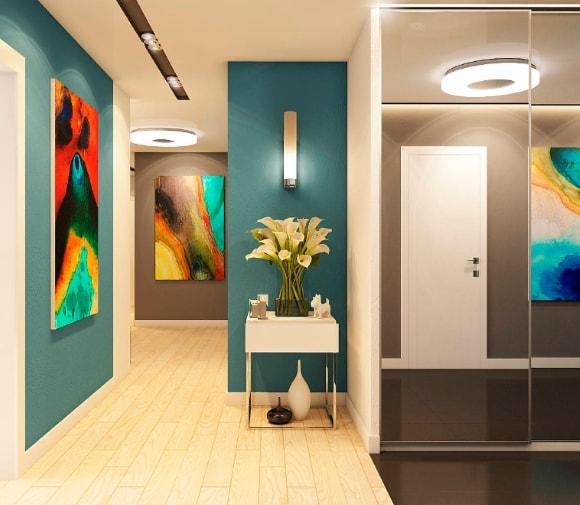 Прихожая с картинами в коридоре
