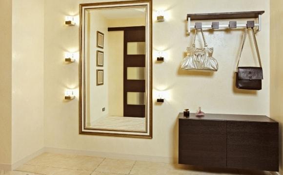 Прихожая с зеркалом, имеющим подсветку в коридоре