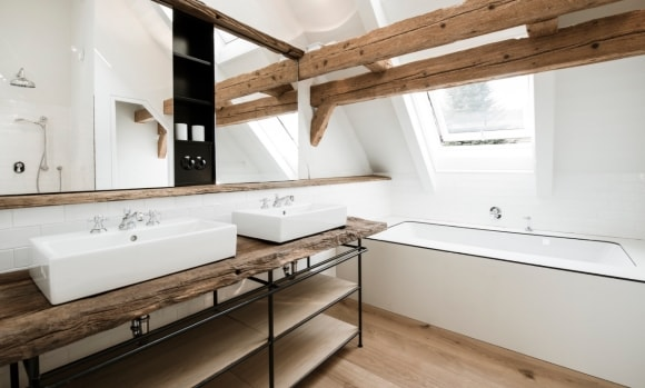 Столешница в интерьере ванной стиля лофт