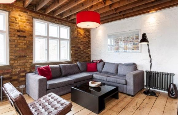 Угловой диван в лофт-интерьере