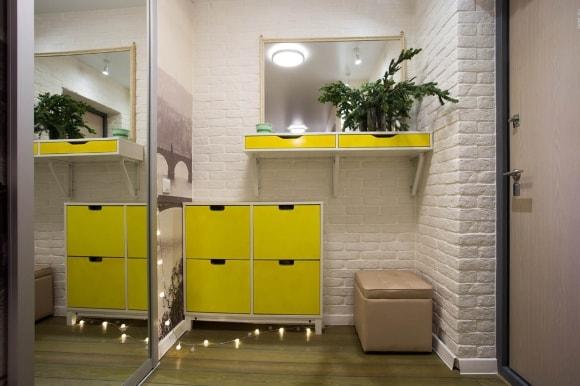 Желтая прихожая в коридоре