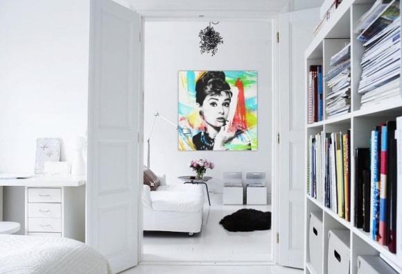 Декорирование скандинавского интерьера яркими картинами