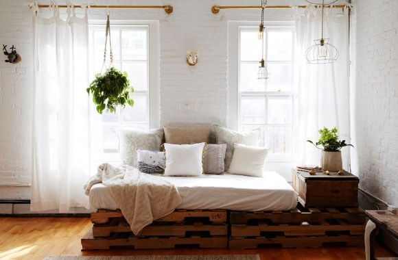 Кровать из поддонов скандинавского стиля
