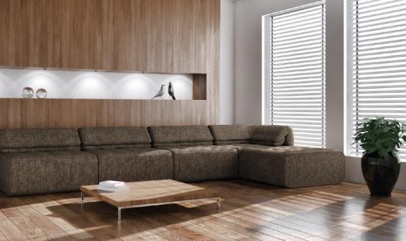 Ламинат на стене за диваном в интерьере
