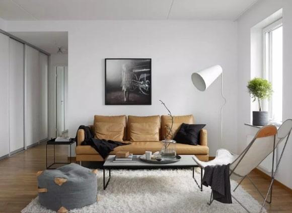 Мебель в маленькой гостиной, выполненная в сканди-стиле